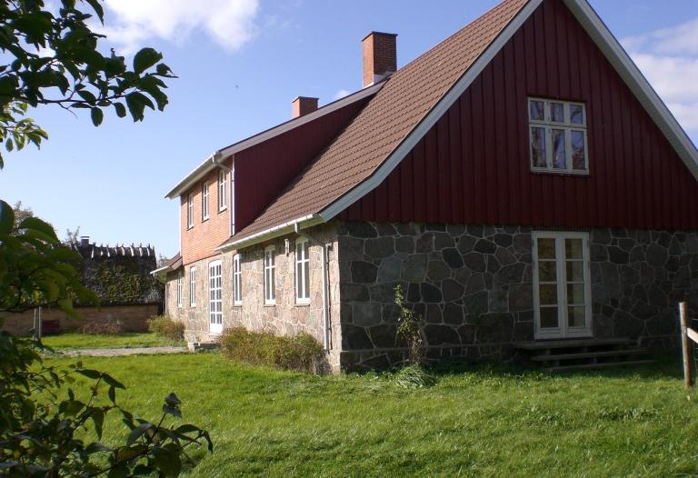 Flot stuehus bygget i granit med udsigt over Dybsø fjord