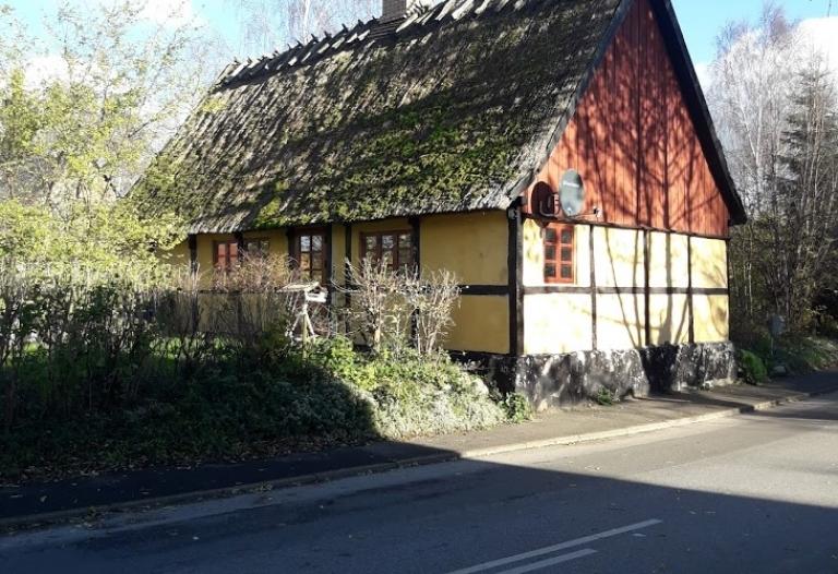 Mindre bondehus til leje beliggende centralt i Vejlø by