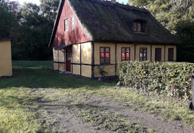 Charmerende mindre ejendom til leje i Vejlø by